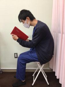 読書時やスマホ操作時の不良姿勢。首の負担が大きい。
